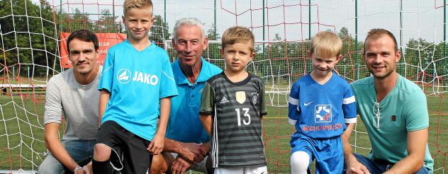 Tobias, Pepe und Henry (von links/vorn) sind die nächste Generation des 1. FC Greiz. Alexander Bauch, Jürgen Bähringer und Stefan Sagan (von links/hinten) sind stolz auf den Nachwuchs. Foto: Patrick Weisheit